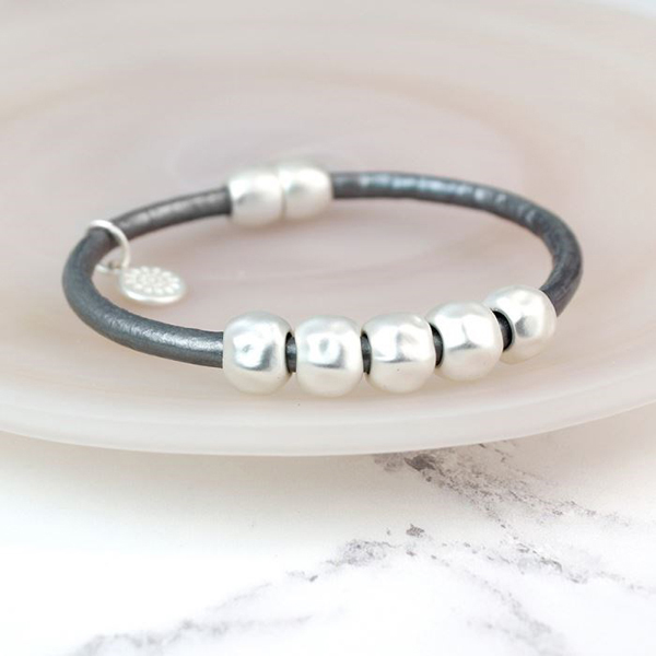 Grey leather bracelet with matt silver plated beads | Image 1