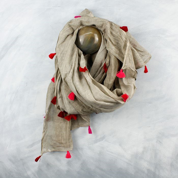 Neutral cotton scarf with vibrant pink tassels | Image 1