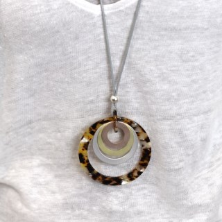 Tortoise shell resin and mixed metallic hoop necklace | Image 7