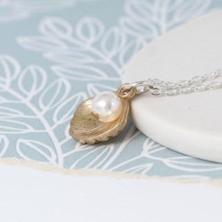 Gold plated shell and faux pearl necklace | Image 3