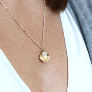 Gold plated shell and faux pearl necklace | Image 4