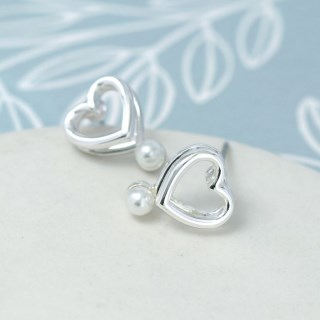 Silver plated double heart earrings with white pearls | Image 4